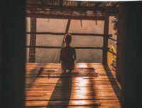 yogini dans paillotte.jpg